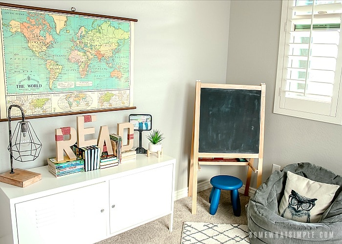 a boys room decorated to look like a school house