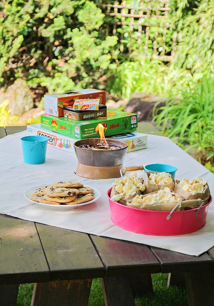 Fun ideas for an awesome and memorable outdoor family game night. From simple decorations to tasty treats, everything you need for a fantastic night!